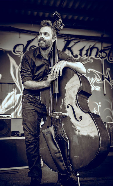 Niels Wilhelm Knudsen with contrabass and urban background - press photo